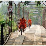 Laos moines à vélo (©geo.fr)