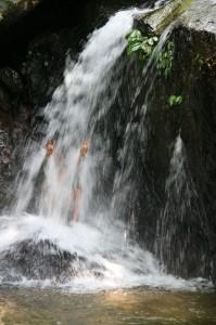 Wawan dans la cascade