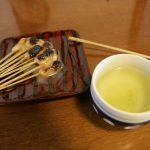 Thé et brochettes de pâte
