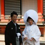 Les mariés devant le temple