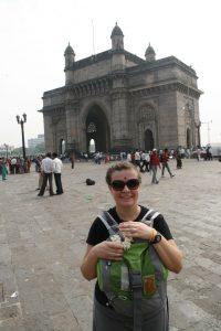 Choupi devant la Gateway of India