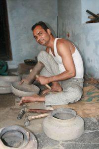Artisan qui travaille le métal
