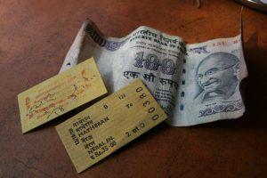 Tickets de train de Matheran et 100 roupies