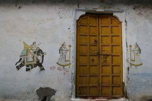 Porte avec peintures murales