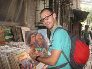 Tibal cherchant une pochette Bollywood