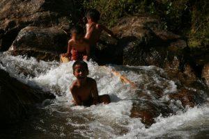 Gamins dans la cascade