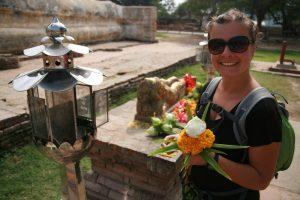 Choupi faisant une offrande à Buddha