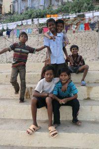 Enfants malicieux au bord du Gange