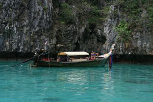 Longtail boat dans la lagune