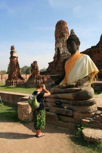 Choupi devant le buddha