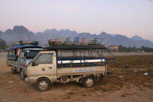 Vang Vieng dans la brume matinale