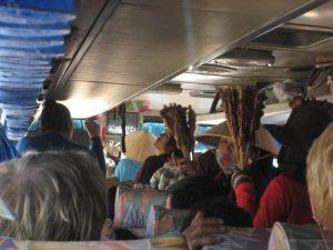 Vendeurs de brochettes dans le bus