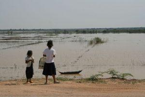 Enfants au bord du Tonlé Sap