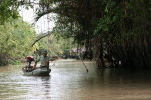 Pêcheur dans la mangrove