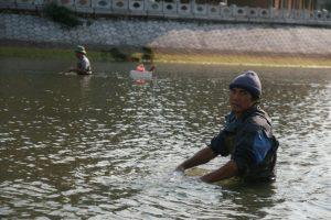 Pêcheur dans la rivière