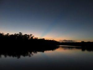 Rivière des lucioles à la tombée du jour