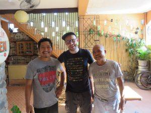 Avec Gerson et le gérant de la guesthouse